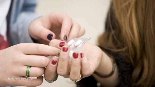 teenagers-sharing-pills-drugs-e1482389206524