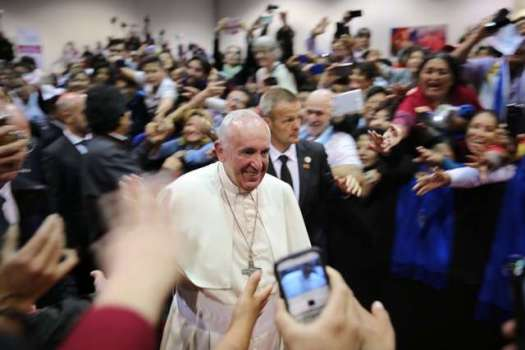 pope_francis_smiles_as_he_walks_by_a_crowd_at_the_world_meeting_of_popular_movements_in_santa_cruz_bolivia_on_july_9_2015_credit_alan_holdren_cna_7_9_15