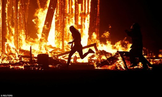 43db2b3100000578-4848026-a_burning_man_participant_evading_the_attempted_tackles_of_multi-a-26_1504427167746