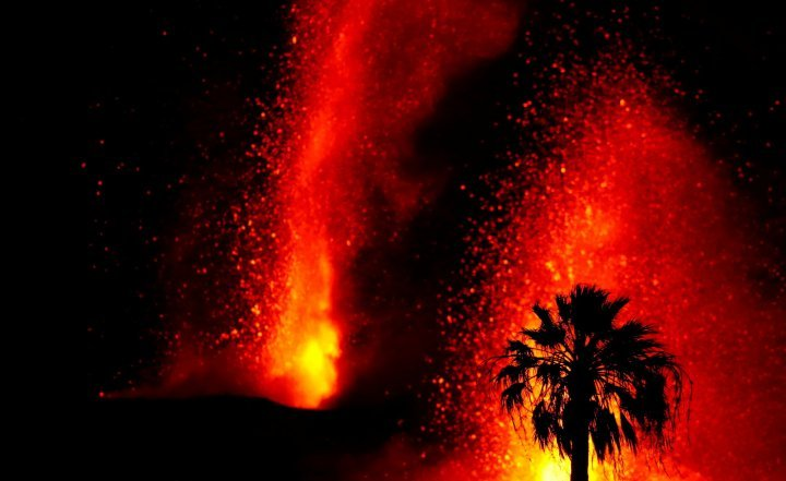 La Palma volcano is heating up! 3 collapses of the main cone today – 5th vent opens up spewing more lava – More than 270 earthquakes in 24h – Landslide in the South of the island blocksroad